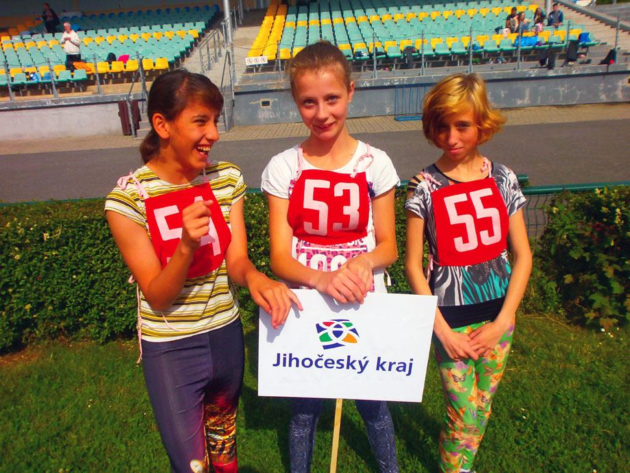 Sára Bandyová vlevo těsně před zahájením závodů v Kladně
